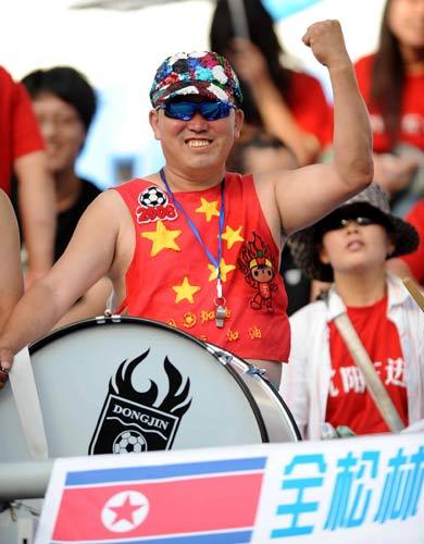 图文:[中甲]沈阳0-0东亚 球迷雷人装扮