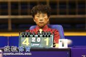 图文:[乒超]重庆3-1胜山东 裁判专注乒球
