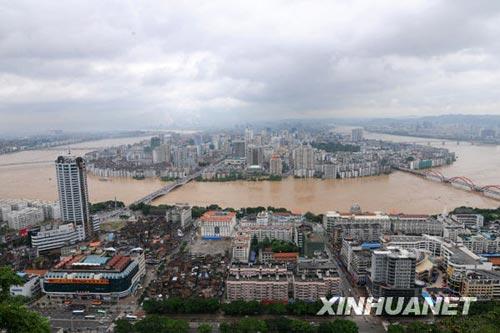 这是柳江水位超过警戒水位5.8米后的柳州主城区(7月4日摄)。新华社发