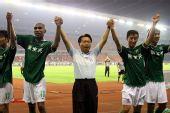 图文:[中超]杭州2-1北京 向球迷致意