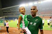 图文:[中超]杭州2-1北京 奥托与儿子庆祝