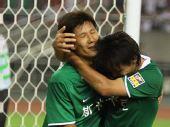 图文:[中超]杭州2-1北京 拥抱庆祝进球