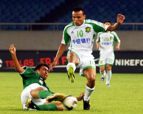 图文:[中超]杭州2-1北京 马丁突破