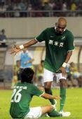 图文:[中超]杭州2-1北京 奥托鼓励队友