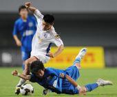 图文:[中超]长沙1-0上海 于涛在比赛中拼抢