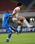 图文:[中超]长沙1-0上海 冯祺在比赛中拼抢