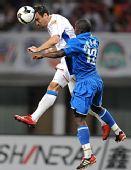 图文:[中超]长沙1-0上海 罗迪奇在比赛中争顶