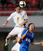 图文:[中超]长沙1-0上海 张晓彬与对手拼抢