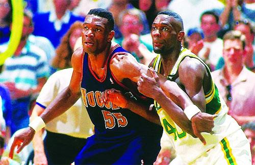 坎普(右)当年与穆托姆博内线对抗。(资料图片)