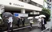 图文:富士通杯决赛日 李昌镐与同伴雨中赴赛场