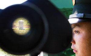 在保温哨所,执勤战士可以通过望远镜观察到哈萨克斯坦的哨所以及周边地势的情况
