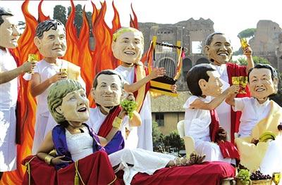 6日,戴着八国集团领导人面具,穿着古罗马服饰者在罗马大竞技场游行表演。图/人民图片