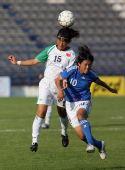 图文:[女足]大运会中国0-1日本 徐艳芬争顶