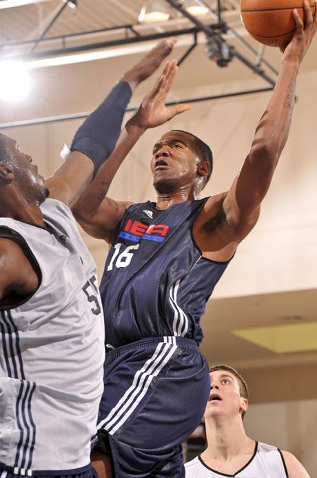 图文:[NBA夏季联赛]魔术-雷霆 斯贝茨攻入内线