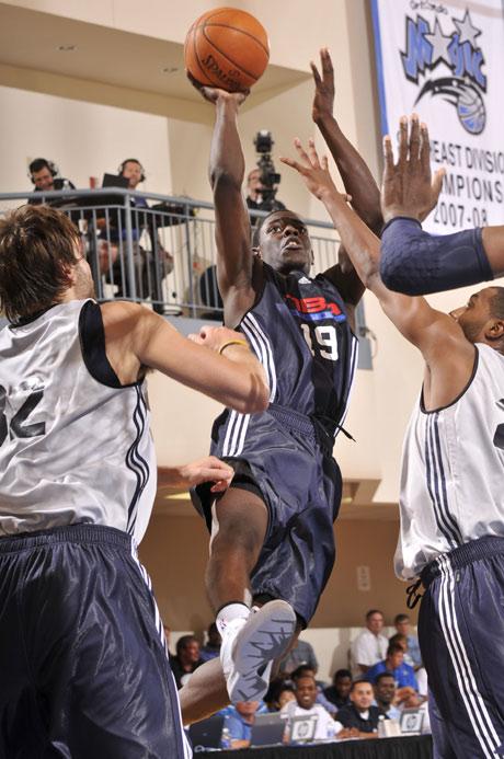 图文:[NBA夏季联赛]魔术VS雷霆 霍利迪强攻