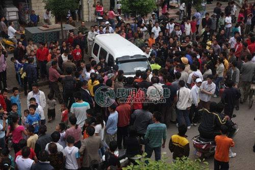 下马村农贸市场聚集了大批群众 记者朱帅/摄