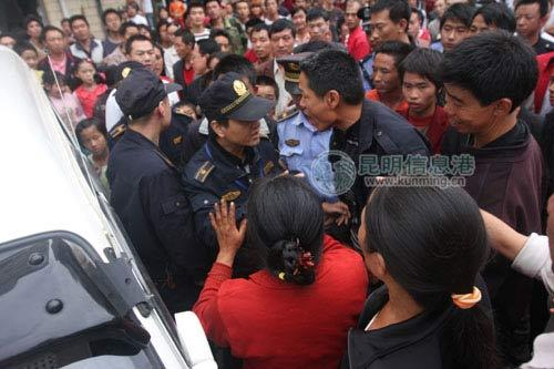 群众和城管发生了激烈的口头冲突 记者朱帅/摄