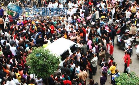 小贩和围观群众把城管执法车堵得严严实实
