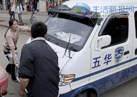 小贩阻挠城管执法车