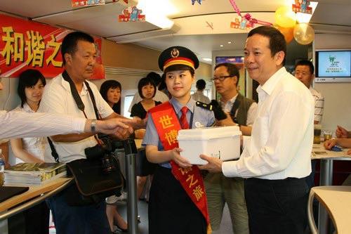 """上药集团及其下属上海信谊药厂有限公司向""""世博和谐之旅""""列车赠送专用药箱"""