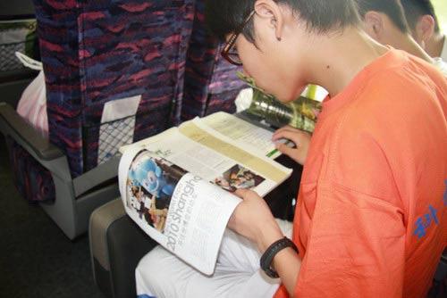 旅客仔细阅读世博宣传资料