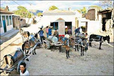 山西斗泉村唯一的一口深井,干旱的天气让这里水价猛涨 来源:新华社