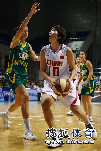 图文:女篮胜澳大利亚 张帆持球单打