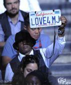 杰克逊悼念仪式:歌迷内场举牌向过世天王示爱