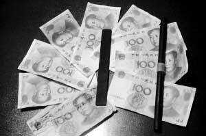 图为警方缴获的部分假币及改造假币的细纹锉 记者 胡雁冰 摄