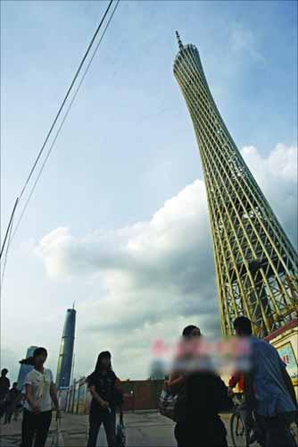 """""""小蛮腰""""的一天 早上8:00 广州你早!上班的人群陆续地涌向各个目的地。大部分人或远或近地都要和电视塔打个照面。"""