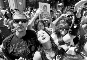 7日,歌迷在追悼会场外共同悼念迈克尔・杰克逊。  中新社传真 张炜 摄