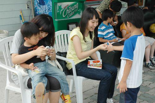 裴允珍二段、金美里初段和孩子们在一起