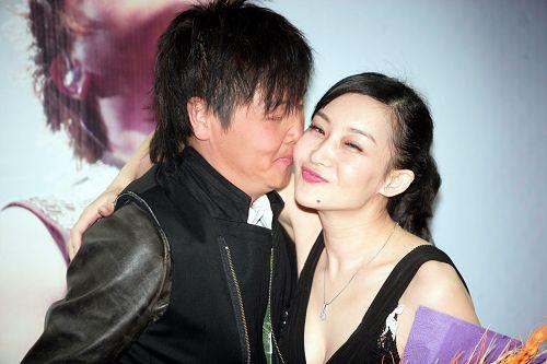 去年4月,孙楠在北京举行演唱会发布会,和买红妹大秀恩爱。