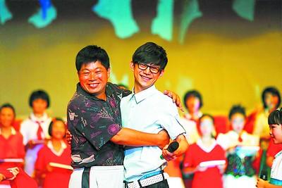 23年前毕业于长塘里小学的何炅再回母校,毕业典礼上再见昔日的老师李海平。