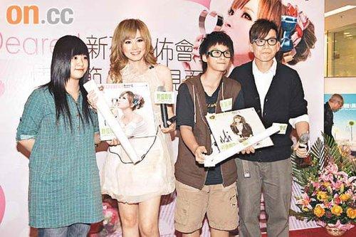 傅颖(左二)感谢歌迷对她不离不弃