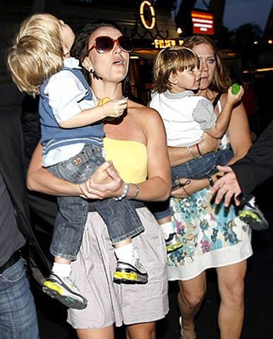 小甜甜布兰妮带两个儿子在埃菲尔铁塔上就餐
