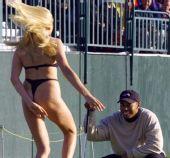 图文:英国公开赛裸奔盘点 年轻女子为老虎献身