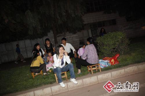 姚安县城的群众走到户外躲避。记者 周明佳摄