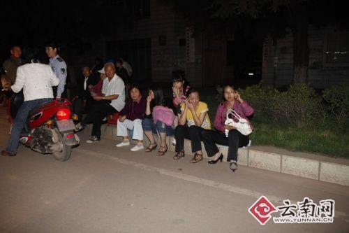 震后40分钟的姚安街头。记者 周明佳摄