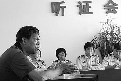 电子仪器厂代表(左一)在听证会上发表意见 摄/记者曹博远
