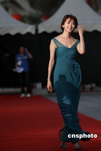 林志玲出席活动时以一身墨绿色低胸裙装惊艳亮相
