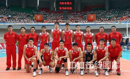 图文:世界男排联赛中国2-3荷兰 男排全家福