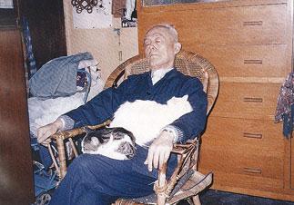"""季老与他的猫""""三睡图""""摄/钱文忠"""