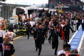 图文:F1德国大奖赛正赛 跑着去看颁奖