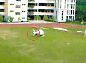 中学生乘直升机上学