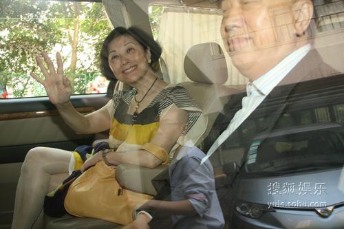 陈慧琳的公公婆婆到医院看望孙子,心情大好。