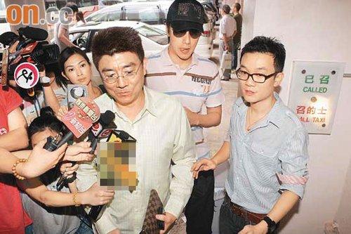 陈爸(右三)及陈司翰(右二)在Leo的陪同下到病房探望陈慧琳。