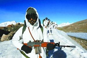 在高原地区巡逻的印度陆军