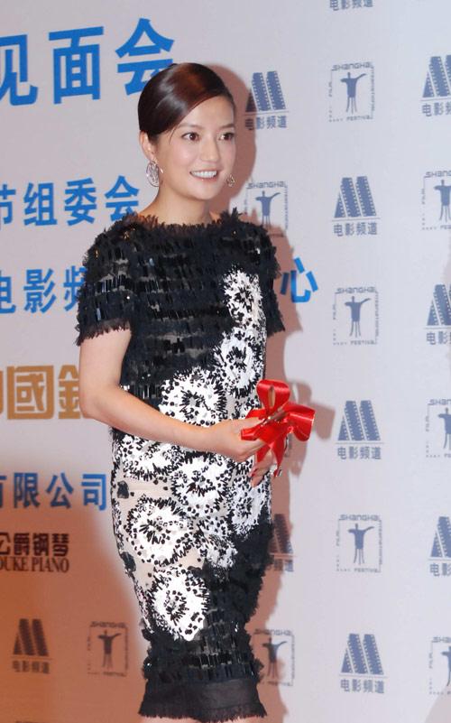 Chanel 09春夏系列山茶花刺绣小黑裙是赵薇在上海电影节上的另一个好看的造型。