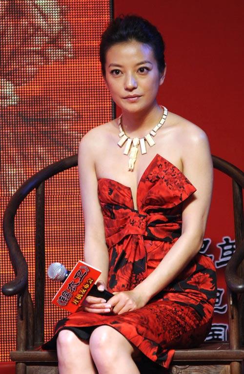 这条Dior的抹胸裙被范冰冰等多位女性穿过,可还是赵薇最适合。